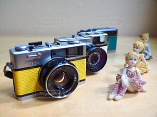 テーブルの上のカメラの写真・画像素材[1242326]