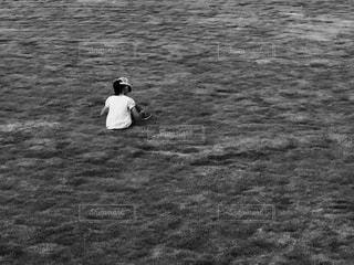 砂の中に立っている男の人 - No.715409