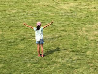 草の覆われてフィールド上に立っている人 - No.715411