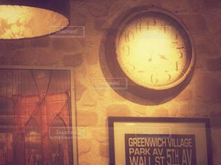 天井からぶら下がっている時計の写真・画像素材[727907]