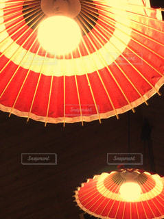 大きな赤い傘の写真・画像素材[753970]