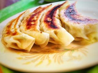 皿の上の食べ物のかけらの写真・画像素材[774982]