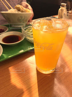 コーヒーやビール、テーブルの上のガラスのカップの写真・画像素材[774998]
