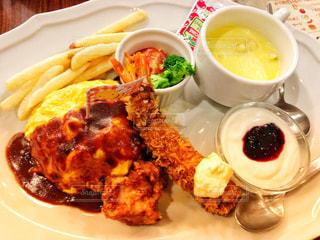 白い皿、カップで肉や野菜をトッピングの写真・画像素材[869488]