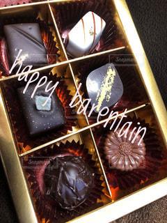 近くにケーキのアップの写真・画像素材[1009157]