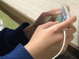 携帯電話を持つ手の写真・画像素材[1068333]