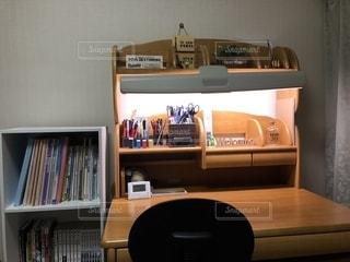 本棚と机の写真・画像素材[1566495]