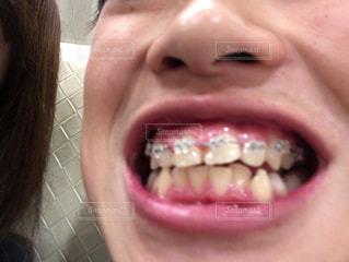 近くに彼女の歯を磨く女性のアップの写真・画像素材[1668653]
