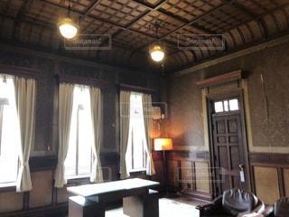 暖炉と家具でいっぱいの部屋の写真・画像素材[2084570]
