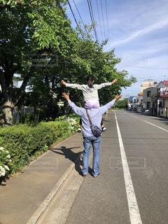 道路の側をスケートボードに乗っている男の写真・画像素材[2118174]