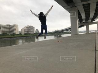 スケートボードでトリックをしている男の写真・画像素材[2264857]