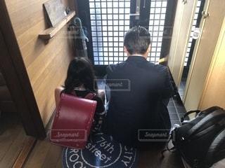 スーツケースの上に座っている男女の写真・画像素材[2265696]