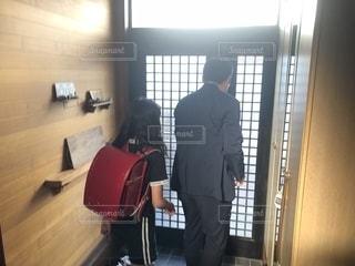 ドアの前に立つスーツを着た男の写真・画像素材[2265698]