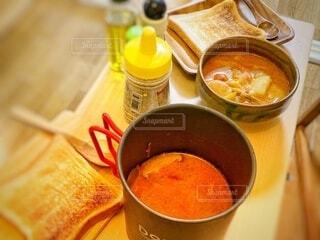 テーブルの上にスープを1杯入れるの写真・画像素材[3988961]