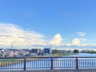 水の体に架かる橋の写真・画像素材[4379389]