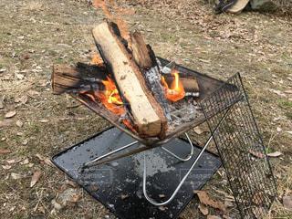 焚き火台で焚き火の写真・画像素材[2875939]