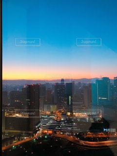 都会に昇る朝日の写真・画像素材[1862678]