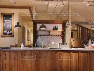 木のインテリアがおしゃれなカフェレストランの写真・画像素材[4392591]