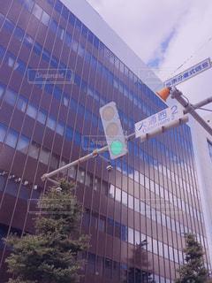 ビルに溶け込む青信号の写真・画像素材[859497]