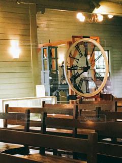 時計と椅子の写真・画像素材[859501]