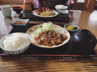 テーブルの上に食べ物のプレートの写真・画像素材[715760]
