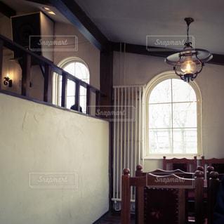 大きな窓付きの部屋の写真・画像素材[1194775]