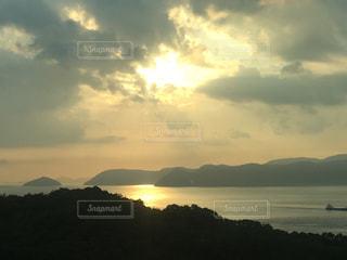 背景の山と水の大きな体の写真・画像素材[757400]