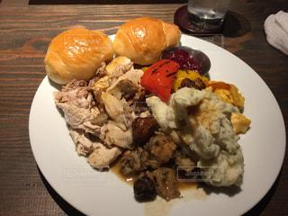 テーブルの上に食べ物のプレート - No.887184