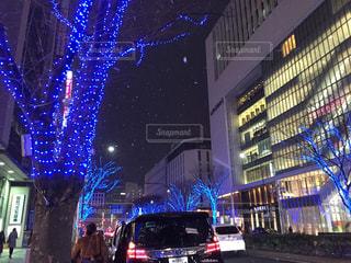 近くに夜の忙しい街のアップの写真・画像素材[996656]