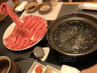 テーブルの上に食べ物のプレートの写真・画像素材[1062452]