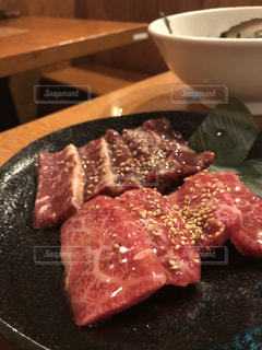 テーブルの上に食べ物のプレートの写真・画像素材[1386067]
