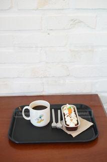 テーブルの上のコーヒー1杯の写真・画像素材[2199311]