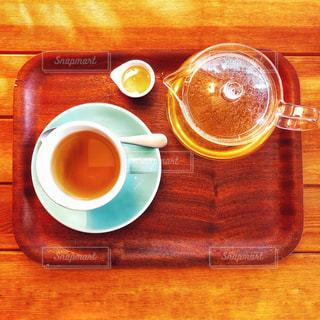 木製テーブルの上のコーヒー カップの写真・画像素材[1009130]