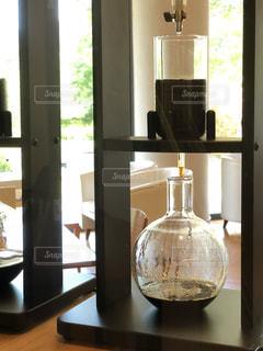 ウィンドウの横にあるワインのガラスの写真・画像素材[1341939]