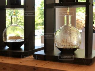 ウィンドウの横にあるワインのガラスの写真・画像素材[1341940]