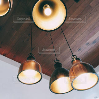 木製のテーブルの上にあるランプの写真・画像素材[1362220]
