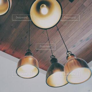 木製のテーブルの上にあるランプの写真・画像素材[1362231]