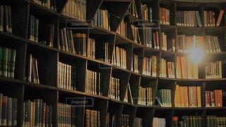 本棚は本でいっぱいの写真・画像素材[1476972]