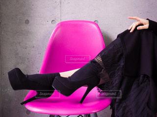 紫色のスーツケースを身に着けている女性の写真・画像素材[2876714]