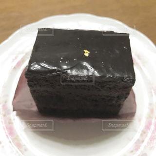 皿にチョコレート ケーキの写真・画像素材[818115]