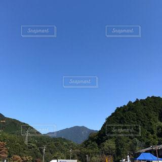 背景の大きな山の写真・画像素材[818117]