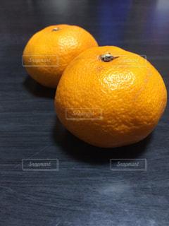 テーブルの上に座ってオレンジを 2 個の写真・画像素材[876187]