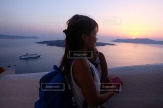 海外 サントリーニ島 夕日 親子 旅の写真・画像素材[415337]