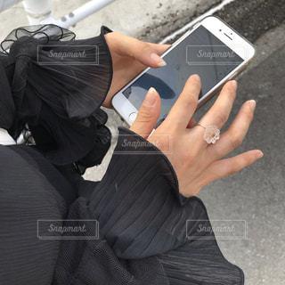 携帯電話を持つ手の写真・画像素材[3333180]