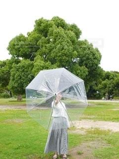 傘を持っている人の写真・画像素材[3399058]