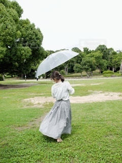 傘を持っている人の写真・画像素材[3399059]