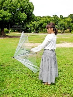 傘をたたむ女の子の写真・画像素材[3399065]