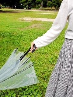 傘を持つ手の写真・画像素材[3399060]