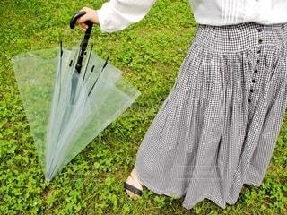 ビニール傘を持つ手の写真・画像素材[3399061]