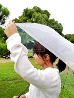 傘を持っている人の写真・画像素材[3399064]